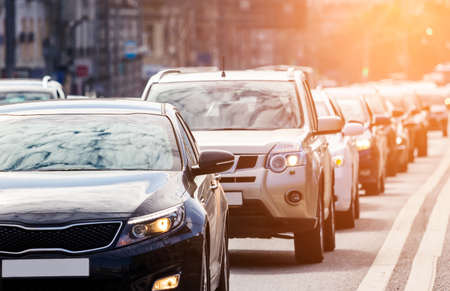 Foto de Close-up of the lane of cars in traffic jam against the sun - Imagen libre de derechos