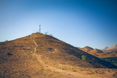 Photo pour Hill with footpath near Vicuña, Chile - image libre de droit