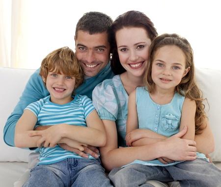 Foto de Family sitting on sofa together - Imagen libre de derechos
