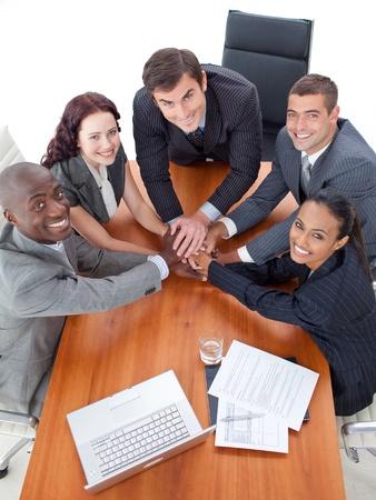 Foto de Smiling multi-ethnic business team working together - Imagen libre de derechos