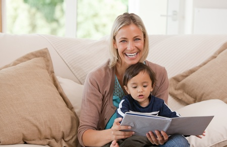 Photo pour Mother looking at a book with her son - image libre de droit