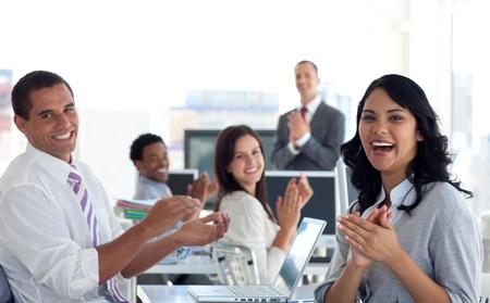 Photo pour Businessteam applauding successful project - image libre de droit