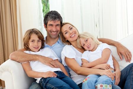 Foto de Loving family looking a tthe camera - Imagen libre de derechos