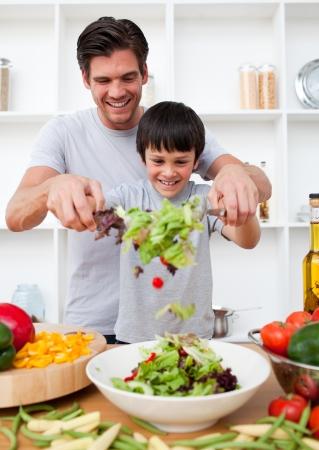 Foto de Little boy and his father cooking - Imagen libre de derechos