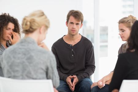Foto de Serious rehab group at a session at therapy - Imagen libre de derechos