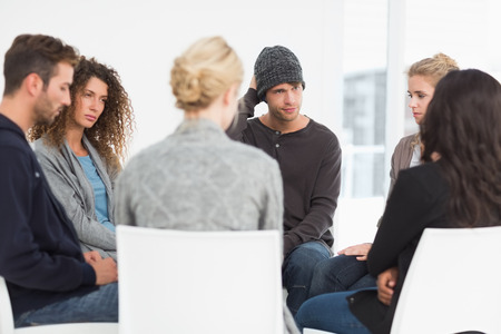 Foto de Serious rehab group at therapy session - Imagen libre de derechos
