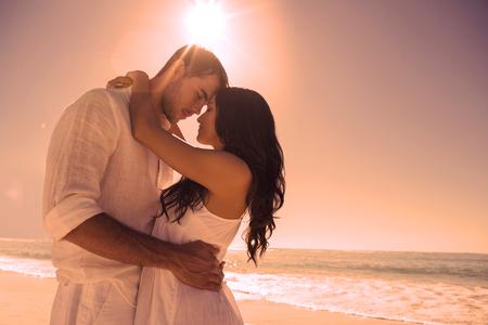 Foto de Romantic couple embracing at the beach - Imagen libre de derechos