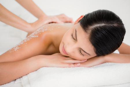 Photo pour Woman enjoying a salt scrub massage at the health spa - image libre de droit