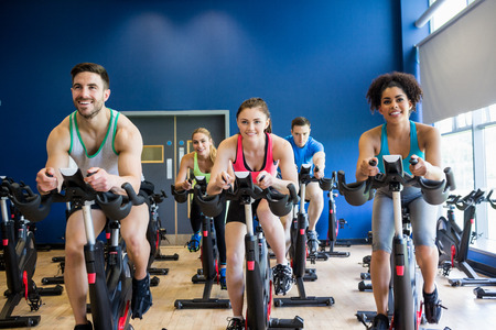 Foto de Fit people in a spin class the gym - Imagen libre de derechos