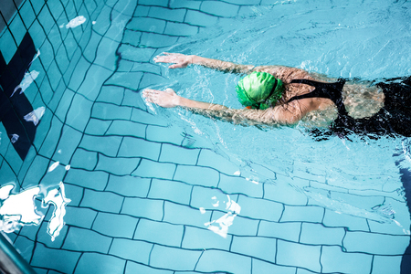 Photo pour Fit woman swimming with swimming hat in swimming pool - image libre de droit