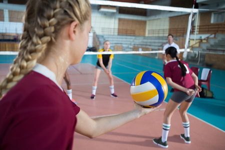 Foto de Female volleyball players playing volleyball in the court - Imagen libre de derechos