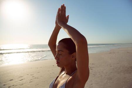 Photo pour Beautiful woman performing yoga on the beach - image libre de droit