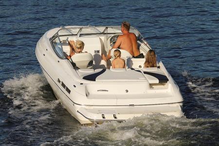 Photo pour A family on a motorboat cruise - image libre de droit