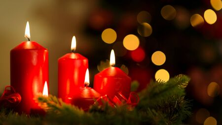 Photo pour Holiday decoration - Romantic glowing candles on a background of beautiful bokeh lights - image libre de droit
