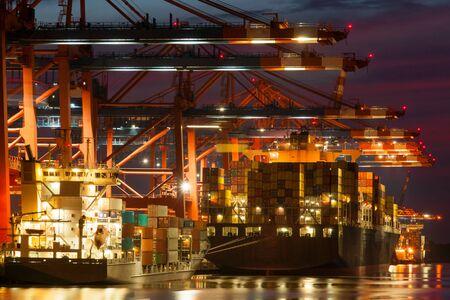 Photo pour Container terminals in Hamburg in the sunset - image libre de droit