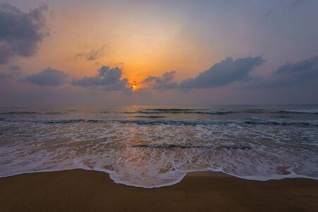 Photo pour Sunset. Beautiful sunset Baltic Sea. Painting Sea sunset. The sea at sunset. Amazing sea sunset. Sunset sea waves. Summer Sunset. Beautiful seascape evening sunset sea and sky horizon - image libre de droit