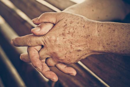 Photo pour hands of a female elderly - image libre de droit