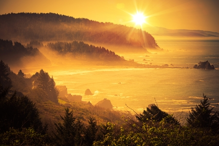 Photo pour California Coastal Sunset. Shoreline Between Crescent City and Eureka in Northern California, United States. Scenic Sunset. - image libre de droit