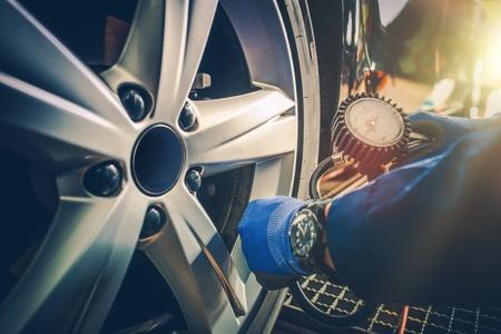 Photo pour Car Tire Pressure Check in the Auto Service Garage. - image libre de droit