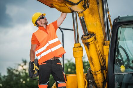 Photo pour Modern Excavator Operator. Caucasian Construction Worker and the Industrial Machinery. - image libre de droit