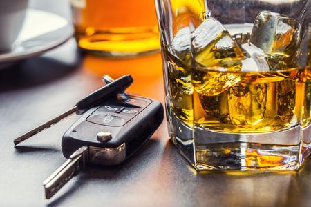 Foto de Car keys and glass of alcohol on table in pub or restaurant. - Imagen libre de derechos