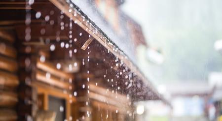 Photo pour Downpour in the summer storm and rain drops on the roof. - image libre de droit