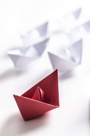 Photo pour Red and white paper boats. Concept of leadership boats for teamwork group or success. - image libre de droit