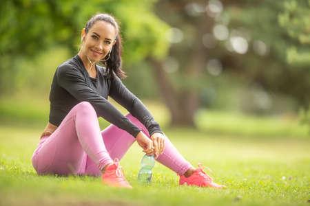 Photo pour Close up portrait of smiling sporty attractive young woman outdoors. - image libre de droit