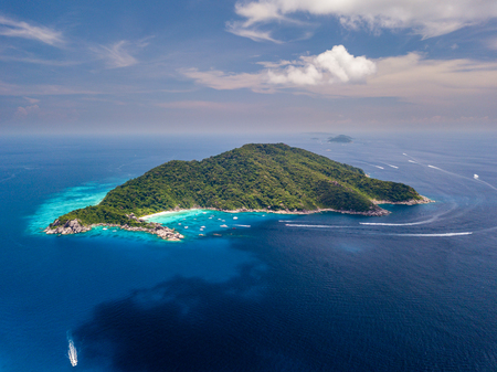 Photo pour Aerial drone view of boats around the tree covered island of Ko Similan in Thailand - image libre de droit