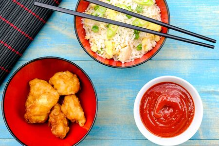 Photo pour Chinese Style Sweet and Sour Fried Chicken With Egg Fried Rice and Vegetables - image libre de droit