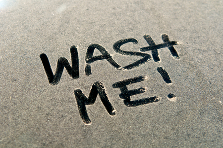 Photo pour WASH ME!, Car dust word on dirty rear window of the car and inscription WASH ME!. Front and side view. Close up of text with handwriting. - image libre de droit