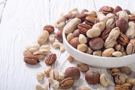 Photo pour Mix of nuts in plate . pecan , hazelnut , pistachios , cashew and peanuts - image libre de droit