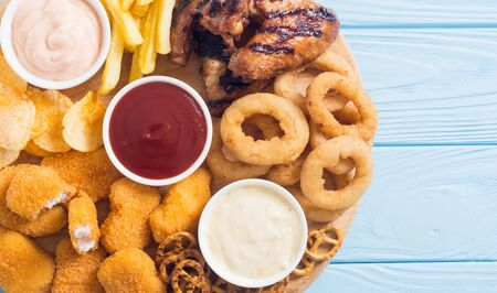 Onion rings , nuggets grilled wings , french fries mix of snacks and sauces . Beer boardの素材 [FY310144000239]