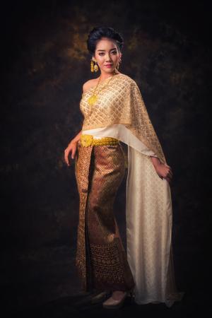 Photo pour Asian woman in tradition dress - image libre de droit