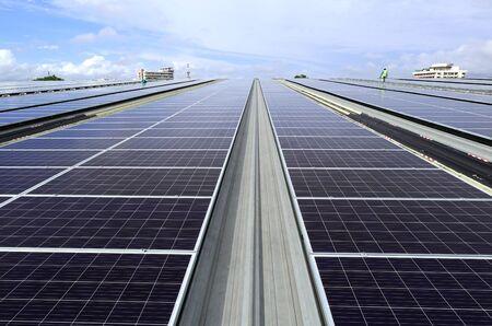 Photo pour Solar PV Rooftop System Sky Background View with technician walking - image libre de droit