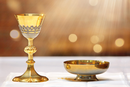 Photo pour Golden chalice on the altar and rays of light from heaven with empty place for text - image libre de droit