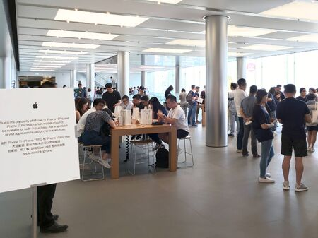 Photo pour HONG KONG - SEPTEMBER 23, 2019: People at the flagship Apple store in Hong Kong, where iPhone 11 Pro, 11 Pro Max and lower end iPhone 11 has just come on sale. - image libre de droit