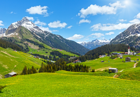 Foto de Summer mountain view to Biberkopf mount (Warth, Vorarlberg, Austria). - Imagen libre de derechos