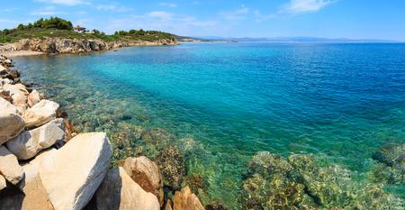 Photo pour Summer Sithonia coastline and Aegean sea scenery with beach and house (Lagonisi, Halkidiki, Greece). Panorama. - image libre de droit