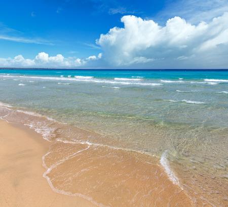 Photo pour Beautiful sea surf, summer seascape view from sandy beach. - image libre de droit