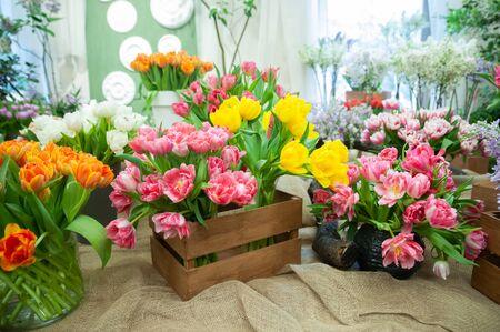 Photo pour Flower shop, sale of flowers. Beautiful blooming composition of colorful tulips, Bright colorful tulip photo background, - image libre de droit