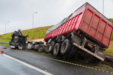 Photo pour Truck accident laden with corn in bulk - image libre de droit