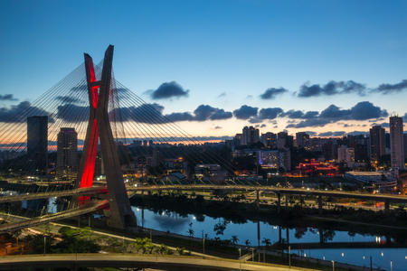 Foto de The Octavio Frias de Oliveira bridge is a cable-stayed bridge in Sao Paulo, Brazil over the Pinheiros River at sunset. - Imagen libre de derechos