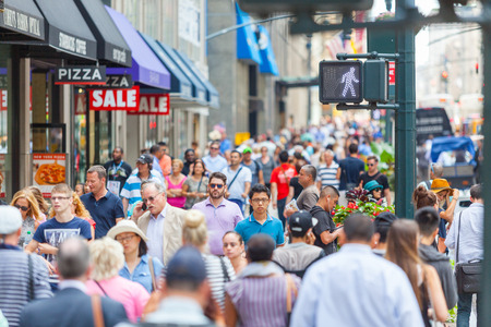 Photo pour NEW YORK, USA - AUGUST 28, 2014: Crowded sidewalk on 5th Avenue with tourists and commuters on a sunny day. - image libre de droit