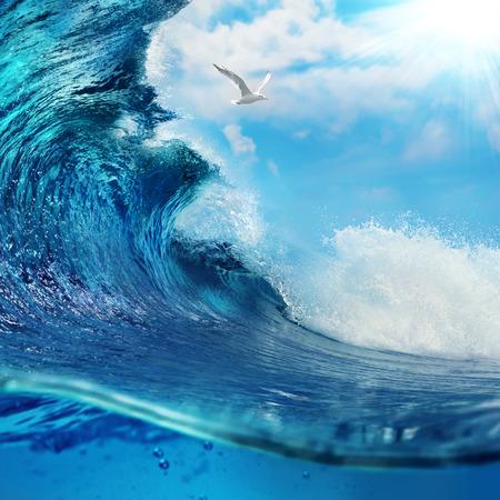 Photo pour ocaen-view seascape landscape Big surfing ocean wave with slightly cloudy sky and the sun - image libre de droit