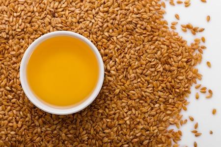 Photo pour Seeds of golden flax on a white background. - image libre de droit