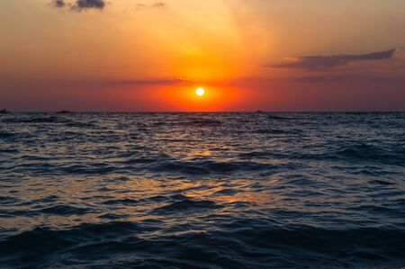 Photo pour Summer sea sunset, the sun, waves and clouds, beautiful dramatic lighting - image libre de droit