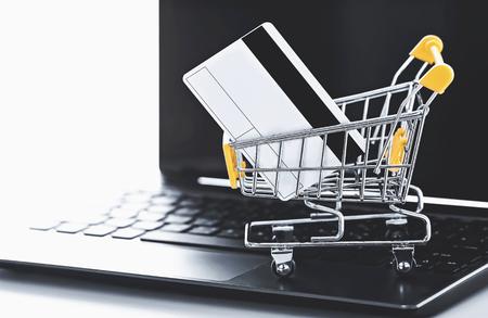 Foto de online shopping (a shopping cart with credit card on laptop) - Imagen libre de derechos