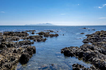 Photo pour A high angle shot of rock formations in the water of Pukerua Bay in New Zealand - image libre de droit