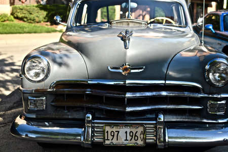 Photo pour DOWNERS GROVE, UNITED STATES - Jun 07, 2019: A closeup shot of an old retro car in the parking lot in Downers Grove, United States - image libre de droit